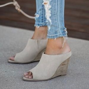 Vici wedge in taupe